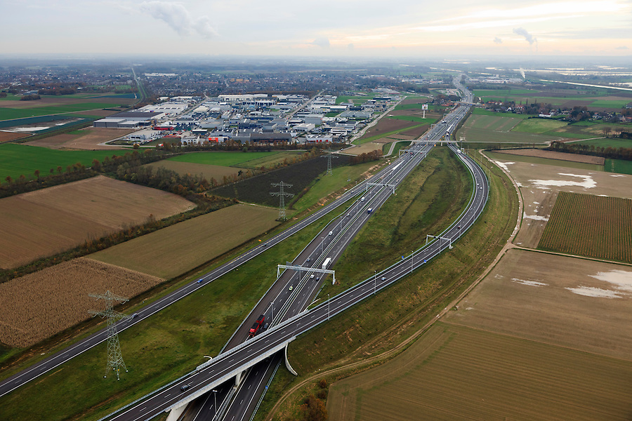 Nederland, Limburg, Gemeente Maasbracht, 15-11-2010; Knooppunt Het Vonderen, splitsing A2 (naar links) en A73, gezien in zuidelijke richting. Junction Het Vonderen..luchtfoto (toeslag), aerial photo (additional fee required).copyright foto/photo Siebe Swart