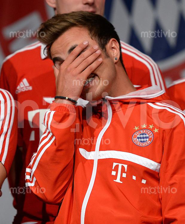 Fussball 1. Bundesliga Saison 2013/2014  Trainingslager des FC Bayern Muenchen 04.07.2013 Mario Goetze mit der Hand vor dem Gesicht, bei der FC Bayern Mannschaftspraesentation auf dem historische Piazza 3 Novembre von Riva.