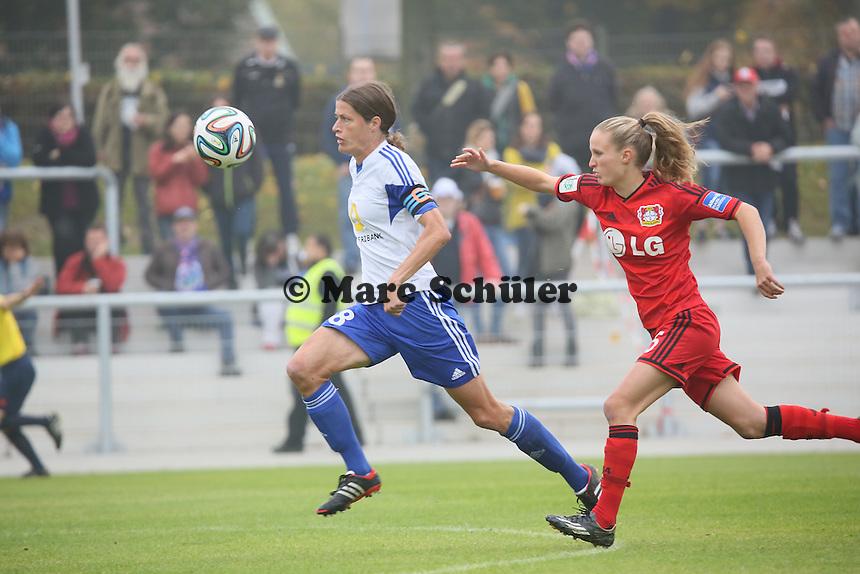 Kerstin Garefrekes (FFC) setzt sich gegen Marisa Ewers (Bayer) durch und erzielt das 1:0 - 1. FFC Frankfurt vs. Bayer 04 Leverkusen