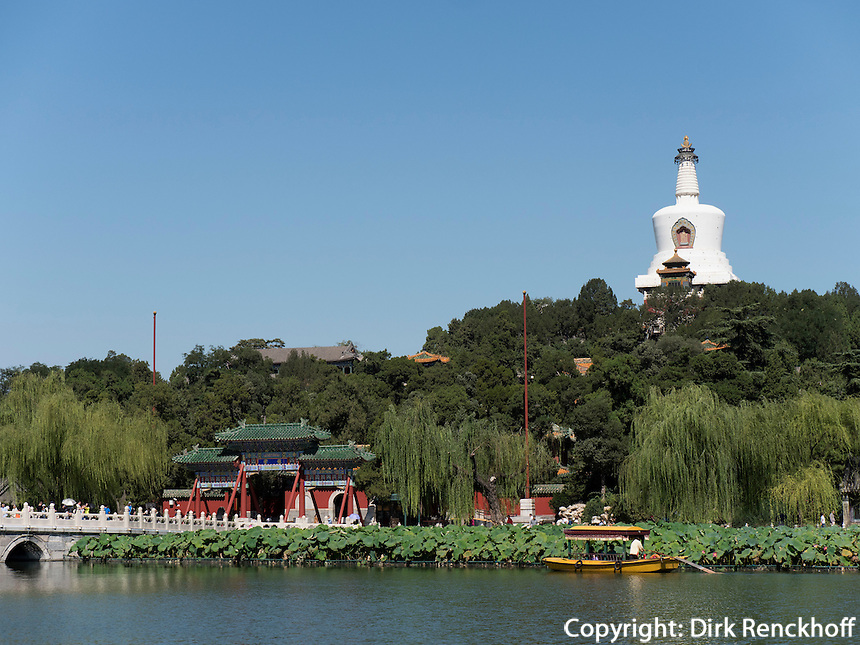 Dagoba auf Insel Qiongdao im BeiHai See, Peking, China, Asien<br /> Dagoba on Qiongdai Island in Beihai lake, Beijing, China, Asia