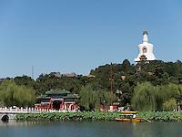 Dagoba auf Insel Qiongdao im BeiHai See, Peking, China, Asien<br /> Dagoba on Qiongdai Island in Beihai lake, Beijing, China, Asia