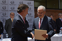 BOGOTÁ - COLOMBIA, 04-08-2014 Juan Manuel Santos, Presidente de Colombia, recibe las credenciales como presidente para su nuevo período constitucional 2014-2018 de manos de Pablo Gil de la Hoz, Presidente del Consejo Electoral de Colombia./ Juan Manuel Santos, President of Colombia, receives the credentials as president to his new constitutional period 2014-2018 from the hands of Pablo Gil de la Hoz, President of Electoral Council of Colombia. Photo: VizzorImage /  Juan pablo Bello - SIG / HANDOUT PICTURE; MANDATORY EDITORIAL USE ONLY/ NO MARKETING, NO SALES