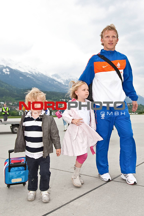 19.05.2010, Flughafen, Innsbruck, AUT, FIFA Worldcup Vorbereitung, Ankunft der Hollaendischen Nationalmannschaft, im Bild <br /> Dirk Kuijt ( FC liverpool ) mit Sohn und Tochter,  Foto: nph /  J. Groder *** Local Caption *** Fotos sind ohne vorherigen schriftliche Zustimmung ausschliesslich f&uuml;r redaktionelle Publikationszwecke zu verwenden.<br /> <br /> Auf Anfrage in hoeherer Qualitaet/Aufloesung