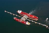 Tanker : EUROPA, DEUTSCHLAND, NIEDERSACHSEN, WILHELMSHAVEN 09.09.2004:Oelhafen, Oel, Hafen, Jade, Oelentladung, Tanker,  Schiff, Versorgung, Rohoel, Oel, Transport, Tiefwasserhafen, Pier, Logistik, Luftbild, Luftansicht, Luftaufnahme.c o p y r i g h t : A U F W I N D - L U F T B I L D E R . de.G e r t r u d - B a e u m e r - S t i e g 1 0 2, 2 1 0 3 5 H a m b u r g , G e r m a n y P h o n e + 4 9 (0) 1 7 1 - 6 8 6 6 0 6 9 E m a i l H w e i 1 @ a o l . c o m w w w . a u f w i n d - l u f t b i l d e r . d e.K o n t o : P o s t b a n k H a m b u r g .B l z : 2 0 0 1 0 0 2 0  K o n t o : 5 8 3 6 5 7 2 0 9.C o p y r i g h t n u r f u e r j o u r n a l i s t i s c h Z w e c k e, keine P e r s o e n l i c h ke i t s r e c h t e v o r h a n d e n, V e r o e f f e n t l i c h u n g n u r m i t H o n o r a r n a c h M F M, N a m e n s n e n n u n g u n d B e l e g e x e m p l a r !.