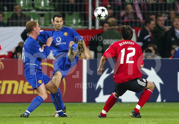 Fussball / Champions-League Saison 2002/2003 2. Spieltag Bayer 04 Leverkusen - Manchester United 1:2   Nicky Butt (li) und Ryan Giggs (mi, beide ManU) gegen Dimitar Berbatov (re, Lev)