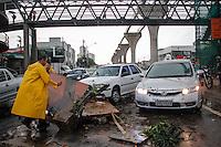 SÃO PAULO,SP,18 FEVEREIRO 2013 -  CHUVA ZONA LESTE  - A forte chuva que caiu na tarde de hoje deixou a Av.Luis Ignacio de Anhaia Melo totalmente alagada.FOTO ALE VIANNA - BRAZIL PHOTO PRESS.