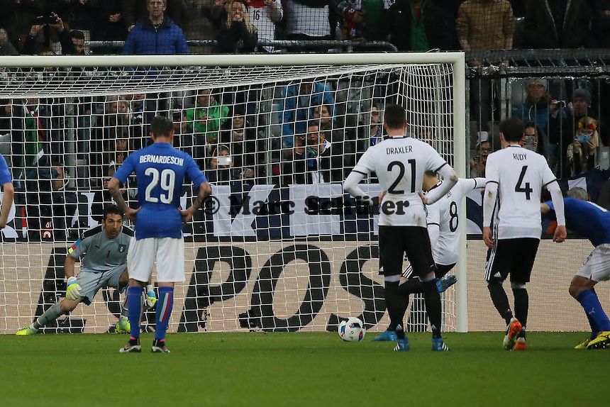 Mesut Özil (D) trifft per Elfmeter zum 4:0 gegen Gianluigi Buffon (ITA) - Deutschland vs. Italien, Allianz Arena München