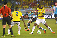 BARRANQUILLA - COLOMBIA- 17-11-2015: Adrian Ramos (Der) jugador de Colombia disputa el balón con Angel di Maria (Izq) jugador de Argentina, durante partido de la fecha 4 válido por la clasificación a la Copa Mundo FIFA 2018 Rusia jugado en el estadio Metropolitano Roberto Melendez en Barranquilla. /  Adrian Ramo (R) player of Colombia vies the ball with Angel di Maria (L) player of Argentina during match for the date 4 valid for the 2018 FIFA World Cup Russia Qualifier played at Metropolitan stadium Roberto Melendez in Barranquilla. Photo: VizzorImage / Alfonso Cervantes / Cont.