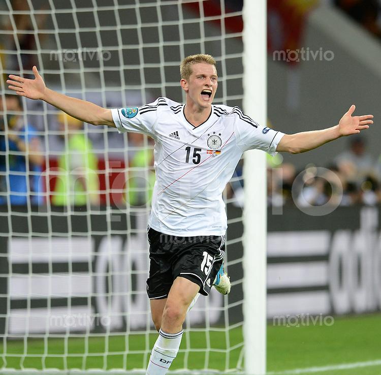 FUSSBALL  EUROPAMEISTERSCHAFT 2012   VORRUNDE Daenemark - Deutschland       17.06.2012 Lars Bender (Deutschland) bejubelt seinen Treffer zum 1:2