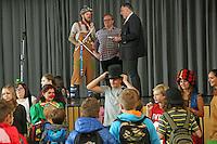 Marco Veschi (Jugendförderung), Fachdienstleiter Carsten Loos und Bürgermeister Andreas Rotzinger  auf der Bühne des Bürgerhaus vor der Begrüßung