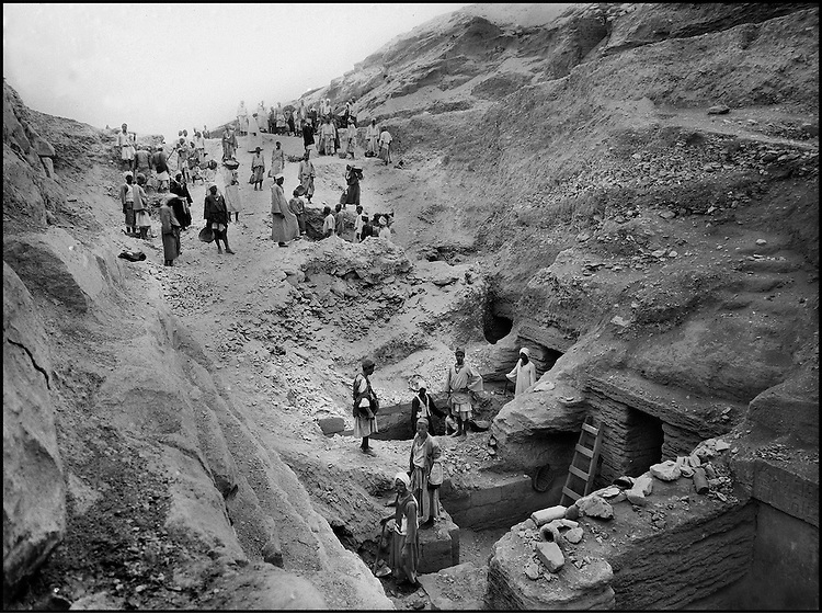 The people of the Ancient Empire...History surged forth, in the early 1940's during the clearing of the roadways built for King Unas (Vth dynasty), linking his pyramid to the reception temple, formerly located on the banks of the Nile.....TAIEB HASSABOLLAH/COLLECTION PATRICK CHAPUIS-PHILIPPE FLANDRIN