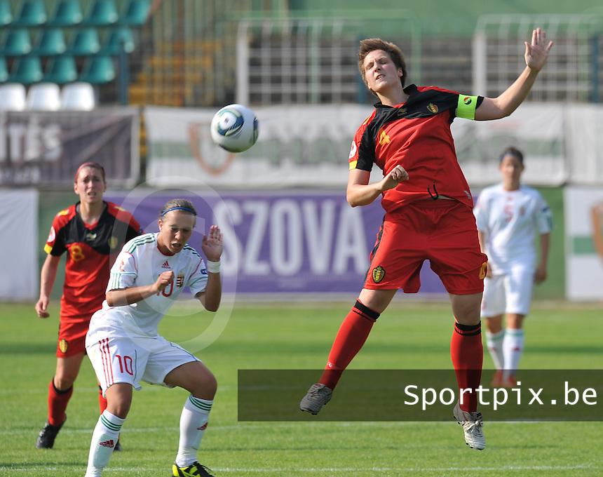 Hungary - Hongarije : UEFA Women's Euro Qualifying group stage (Group 3) - 20/06/2012 - 17:00 - szombathely  - : Hungary ( Hongarije ) - BELGIUM ( Belgie) :.Maud Coutereels met de kopbal voor Fanni Vago.foto DAVID CATRY / JOKE VUYLSTEKE / Vrouwenteam.be.