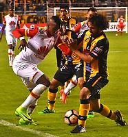 LA PAZ - BOLIVIA - 09 - 03 - 2017: Luis Martelli (Izq.) jugador de The Strongest, disputa el balon con Johan Arango (Der.) jugador de Independiente Santa Fe, durante partido entre The Strongest de Bolivia y el Independiente Santa Fe de Colombia, por la fase de grupos del grupo 2 de la fecha 1 por la Copa Conmebol Libertadores Bridgestone en el estadio Hernando Siles Suazo, de la ciudad de La Paz. / Luis Martelli (L) player of The Strongest, figths for the ball with Johan Arango (R) player of Independiente Santa Fe, during a match between The Strongest of Bolivia and Independiente Santa Fe of Colombia for the group stage, group 2 of the date 1 for the Conmebol Libertadores Bridgestone in the Hernando Siles Suazo Stadium in La Paz city. Photos: VizzorImage / Javier Mamani / APG / Cont.