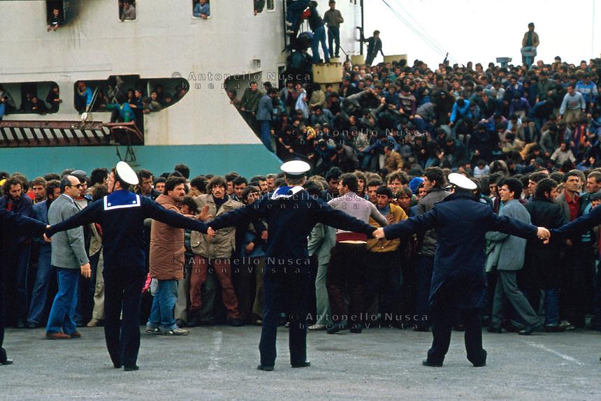 Brindisi, 8 Marzo, 1991. Migliaia di Albanesi giunti nel porto di brindisi vengono controllati da militari della Marina Italiana.