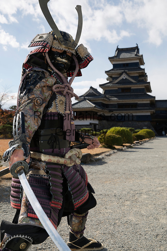 Japan, Chūbu (Central Honshu), Nagano Prefecture, Matsumoto: Matsumoto-jo (wooden castle) with samurai warrior | Japan, Chūbu (Zentral Honshu), Nagano Praefektur, Matsumoto: Samurai Krieger vor Burg Matsumoto-jo