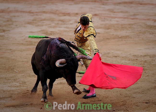 Spanish matador Daniel Luque performs a pass with capote to a Torrehandilla´s bull during the last corrida of the San Fermin Festival, on July 14, 2012, in the Northern Spanish city of Pamplona. (c) Pedro ARMESTRE