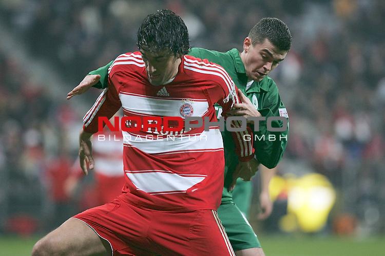 Fu&sect;ball Bundesliga<br /> FC Bayern vs. VFL Wolfsburg<br /> <br /> Zweikampf zwischen Luca Toni (#9 FC Bayern) und Jan Simunek (#6 VFL)<br /> <br /> Foto &copy; nph (  nordphoto  )<br /> <br /> <br /> <br />  *** Local Caption ***