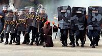 O frei franciscano Francineto Abreu Pinheiro pede calma aos policiais militares durante as manifestações em protesto por um novo julgamento dos acusados pelo massacre de Eldorado de Carajás no Pará.<br />Até 21hs o frei continuava detido pela polícia.<br />17/04/2000. Foto Raimundo Pacó/O Liberal