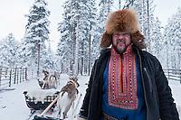 Europe/Finlande/Laponie/ Env de Levi: Levin Lapinkylä est une ferme traditionnelle le long de la Ounasjoki -C'est:La ferme des rennes -  Jukka Kenttâlä éleveur de rennes en costume traditionnel  Saami