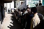 De longues files se forment devant l'un des 2 bureaux de vote de Sohan, un petit village à proximité d'Islamabad. Alors que certains craignaient que les électeurs  ne se déplacent pas par peur de possibles violences, le taux de participation sera relativement élevé.