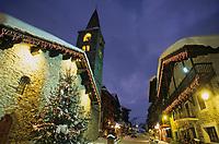 Europe/France/73/Savoie/Val d'Isère: le village et Eglise Saint Bernard de Menthon avec son clocher lombard carré à la tombée de la nuit.