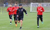 Athletiktrainer Klaus Luisser (Eintracht Frankfurt) mit Marijan Cavar (Eintracht Frankfurt), Danny Blum (Eintracht Frankfurt), Branimir Hrgota (Eintracht Frankfurt) - 04.04.2018: Eintracht Frankfurt Training, Commerzbank Arena