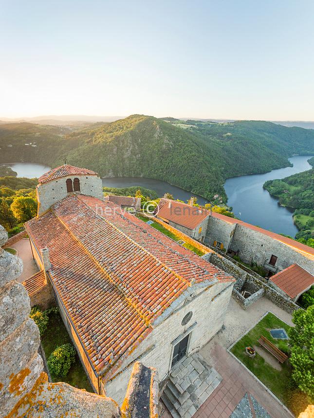 France, Loire (42), Chambles, vue depuis la tour mediévale sur l'église et le lac de Grangent le matin
