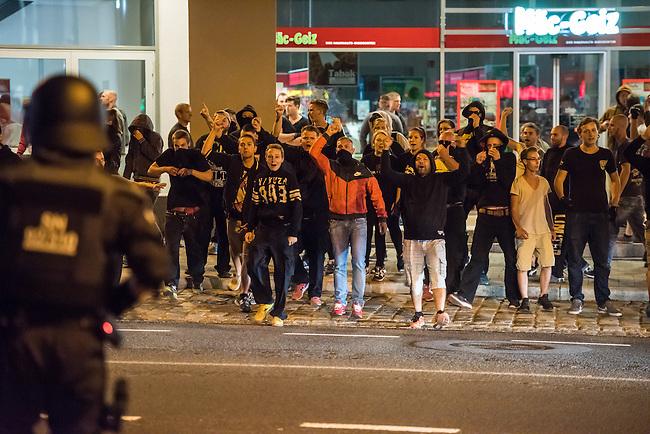 Mehrere hundert Rechte, Nazis und Hooligans und rassistische Buerger protestierten am Donnerstag den 15. September 2016 im saechsischen Bautzen gegen Fluechtlinge. In den Tagen zuvor war es auf dem Kornmarkt, im Zentrum der Stadt, zu Auseinandersetzungen gekommen, in deren Zuge unbegleitete minderjaehrige Fluechtlinge von den Rechten durch die Stadt gejagt wurden. Mehrere Fluechtlinge  wurden dabei verletzt, einer musste im Krankenhaus aertzlich versorgt werden.<br /> Fuer den 15. September hatten Antirassisten eine Kundgebung auf dem Kornmarkt angemeldet. Die Rechten besetzen jedoch den Platz und den Antirassisten gelang es nur unter Polizeischutz eine kurze Kundgebung abzuhalten und wurden dann von der Polizei vom Platz geleitet.<br /> Die Rechten versuchten die Kundgebung anzugreifen, dabei kam es zu Flaschenwuerfen und einem Angriff auf einen Kameramann. Es wurden Parolen wie &quot;Deutschland den Deutschen, Auslaender raus!&quot;, &quot;Luegenpresse&quot; und &quot;Bautzen bleibt deutsch&quot; gegroehlt. Ein Rechter wurde lt. Polizei festgenommen.<br /> 15.9.2016, Bautzen/Sachsen<br /> Copyright: Christian-Ditsch.de<br /> [Inhaltsveraendernde Manipulation des Fotos nur nach ausdruecklicher Genehmigung des Fotografen. Vereinbarungen ueber Abtretung von Persoenlichkeitsrechten/Model Release der abgebildeten Person/Personen liegen nicht vor. NO MODEL RELEASE! Nur fuer Redaktionelle Zwecke. Don't publish without copyright Christian-Ditsch.de, Veroeffentlichung nur mit Fotografennennung, sowie gegen Honorar, MwSt. und Beleg. Konto: I N G - D i B a, IBAN DE58500105175400192269, BIC INGDDEFFXXX, Kontakt: post@christian-ditsch.de<br /> Bei der Bearbeitung der Dateiinformationen darf die Urheberkennzeichnung in den EXIF- und  IPTC-Daten nicht entfernt werden, diese sind in digitalen Medien nach &sect;95c UrhG rechtlich geschuetzt. Der Urhebervermerk wird gemaess &sect;13 UrhG verlangt.]