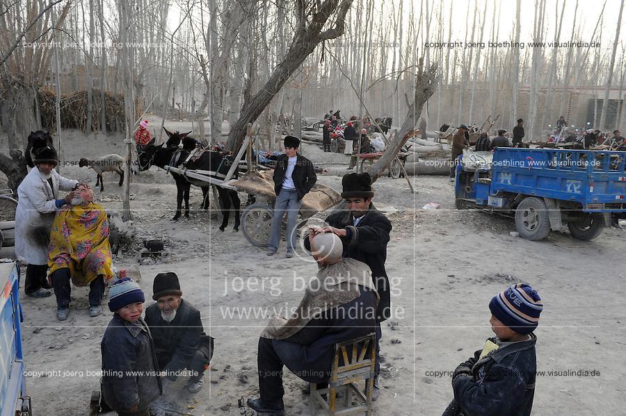 CHINA, province Xinjiang, market day in uighur village Jin Erek near city Kashgar where uyghur people are living, open air barber shop / CHINA Provinz Xinjiang , Markttag in Jin Erek einem uigurischen Dorf bei Stadt Kashgar, hier lebt das Turkvolk der Uiguren , die sich zum Islam bekennen, fliegende Barbiere