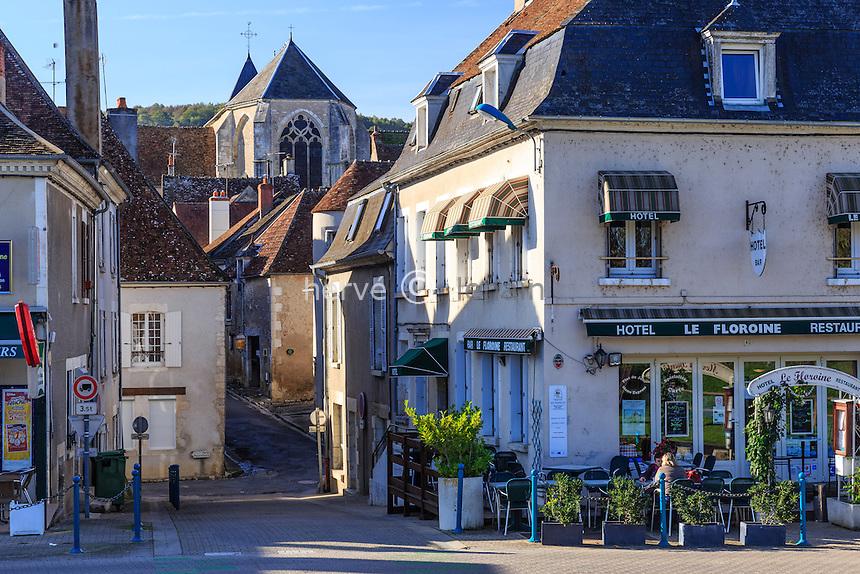 France, Cher (18), région du Berry, Ménétréol-sous-Sancerre, rue vers l'église Saint-Hilaire // France, Cher, Menetreol-sous-Sancerre, street toward Saint Hillaire church