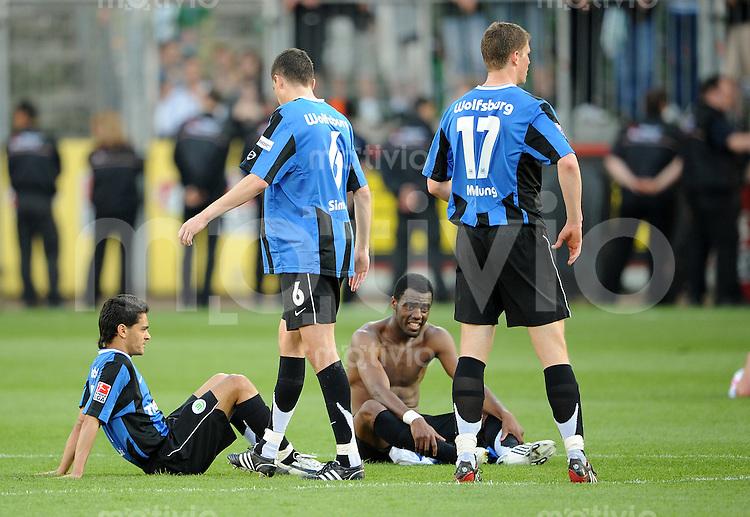 FUSSBALL     1. BUNDESLIGA     SAISON 2007/2008   30. SPIELTAG Bayer 04 Leverkusen - VfL Wolfsburg                         27.04.2008 JOSUE, Jan SIMUNEK, GRAFITE und Alexander MADLUNG (v.l., alle Wolfsburg) sind nach dem Abpfiff enttaeuscht