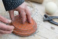 """Knödelschaukel, Knödel-Körbchen, Meisenknödel-Schaukel, Halterung basteln für Meisenknödel aus Maschendraht, Kaninchendraht und Schnur. Schritt 1: Kaninchendraht wird um runden Untersetzer gebogen, um die rundliche Form zu erhalten. Selbstgemachte Fettfuttermischung, Fettfutter aus Kokosfett, Sonenblumenkernen, Erdnussbruch, Körnermix, Körnermischung, Sonnenblumenöl, Vogelfutter selbst herstellen, Vogelfutter selber machen, Vogelfutter selbermachen, Vogelfütterung, Fütterung, bird's feeding, """"upcycling, Wiederverwertung"""""""