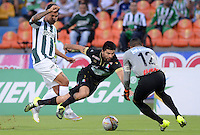MEDELLÍN -COLOMBIA-23-08-2015. Jefferson A. Duque (Izq) jugador de Atlético Nacional disputa el balón con Franklin J. Lucena (C) y Jose Fernando Cuadrado (Der) arquero de Once Caldas durante partido por la fecha 8 de la Liga Aguila II 2015 jugado en el estadio Atanasio Girardot de la ciudad de Medellín./ Jefferson A. Duque (L) player of Atletico Nacional  fights for the ball with Franklin J. Lucena (C) and Jose Fernando Cuadrado (R) goalkeeper of Once Caldas during the match for the  8th date of the Aguila League II 2015 at Atanasio Girardot stadium in Medellin city. Photo: VizzorImage/León Monsalve/ Str
