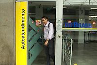 RIO DE JANEIRO, RJ, 06.10.2015 - GREVE-BANCÁRIOS - Bancarios realizam greve tempo indeterminado, por reajuste de salários e reivindicações relacionadas aos trabalhadores. Na foto vista de agencias bancarias no Largo da Penha região norte do Rio de Janeiro nesta terça-feira, 06. (Foto: Celso Barbosa/Brazil Photo Press)