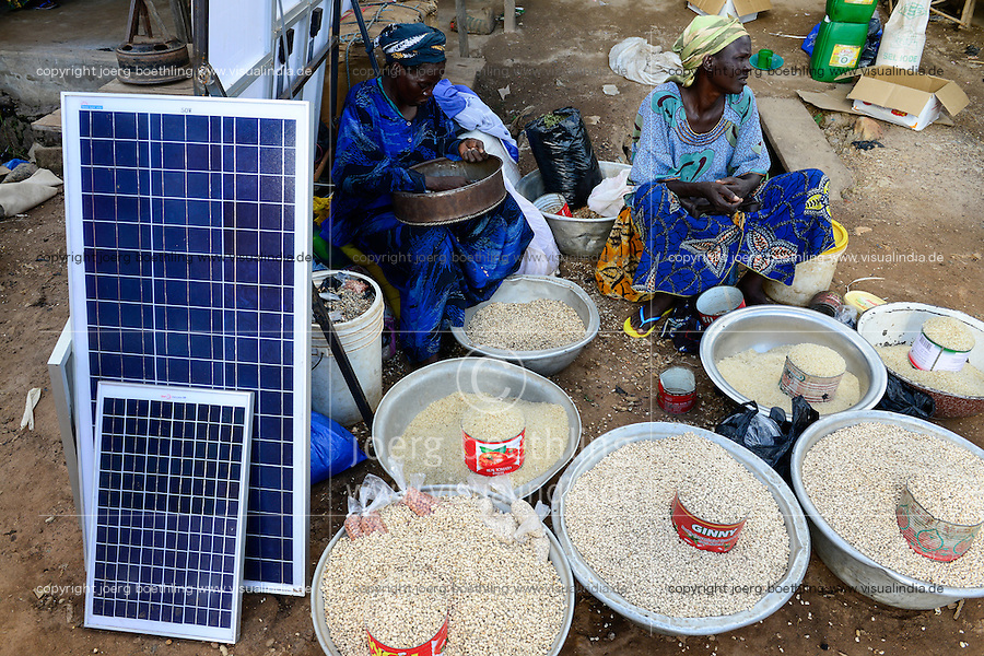 BURKINA FASO, Provinz Poni, Gaoua, weekly market with food crops and solar panels / Gaoua, Markt, Verkauf Bohnen, Reis, Stand mit Solar Modulen