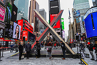 """NOVA YORK, EUA, 01.02.2019 - ARTE-EUA - Obra de arte em formato de """"X"""" é vista na Times Square em Nova York nos Estados Unidos nesta sexta-feira, 01. A obra de quase 6 metros de altura celebra o """"Valentines Day"""" que acontece dia 14 de fevereiro , mas a obra fica do dia 1 ao dia 28/2. Ao centro da obra é visto a frase """"Em Diferença, Adicionar Igualdade, Encontrar Amor, Não Esqueça as Flores"""" (Foto: William Volcov/Brazil Photo Press)"""