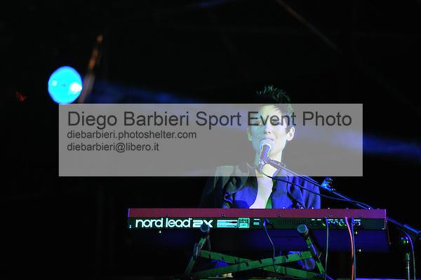 (KIKA) - TORINO, 25/04/2012 - Virginia delle Yavanna, reduci da X-factor, si esibisce nel concerto per la commemorazione del 25 Aprile in piazza Castello a Torino, il 25 aprile 2012.