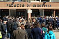 La lunga coda all'ingresso del Palazzo di Giustizia di Napoli dopo l'entrata in vigore delle norme che prevedono il passaggio per il metal detector anche per gli avvocati