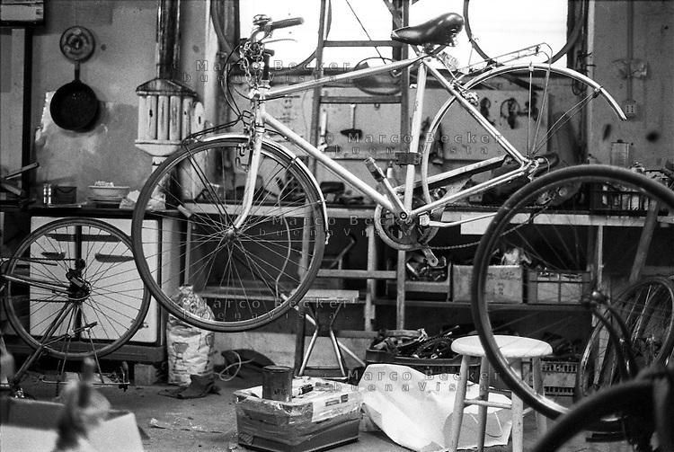 "Milano, quartiere Isola. La Ciclofficina Stecca Associazione +bc --- Milan, Isola district. ""Stecca"" bicycle cooperative at the +bc association"
