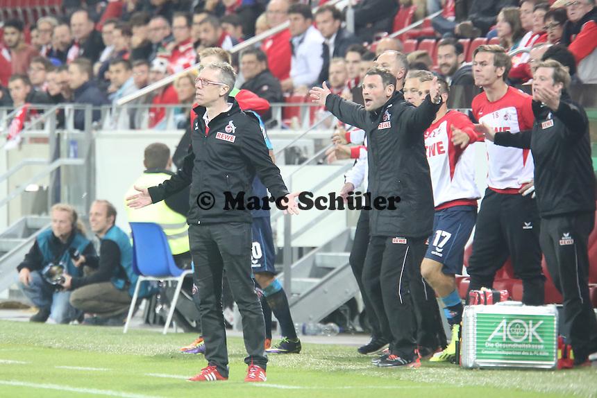 Trainer Peter Stöger (Köln) fordert den Schusspfiff- 1. FSV Mainz 05 vs. 1. FC Köln, Coface Arena, 2. Runde DFB-Pokal