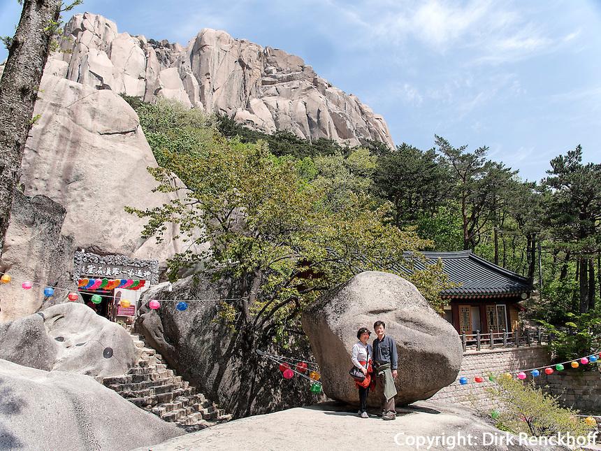 Wackelfelsen Heundeulbawi bei der Eremitenklause Gyejo-am im Nationalpark Seoraksan bei Sokcho, Provinz Gangwon, S&uuml;dkorea, Asien, UNESCO-Biosph&auml;renreservat<br /> wobbling rock Heundeulbawi, Seoraksan National Park  near Sokcho, province Gangwon, South Korea, Asia, UNESCO Biosphere reserve
