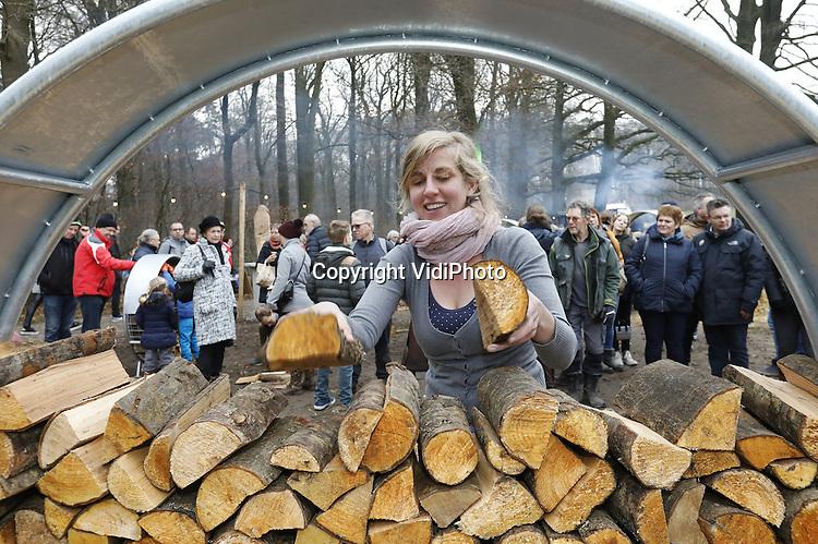 Foto: VidiPhoto<br /> <br /> ARNHEM - In het Nederlands Openluchtmuseum in Arnhem zijn zaterdag de eerste dertig kandidaten voor het Nederlands kampioenschap Haardhout Stapelen<br /> van start gegaan. Het Open Nederlands Kampioenschap, waarvoor iedereen vanaf achttien jaar zich kan inschrijven, duurt twee dagen en is onderdeel van de winterfair Landleven Winter. Zes kandidaten strijden tegelijk tegen elkaar, waarbij ze 1 kuub hout moeten stapelen. Er wordt beoordeeld op structuur, netheid, creativiteit en snelheid. De deelnemers strijden om een kloofmachine of een zaagblok. Kinderen hebben hun eigen wedstrijd.