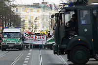 Gegen den Protest mehrerer tausend Menschen setzte die Polizei am 1. Mai in Berlin einen Aufmarsch von ca. 300 Neonazis aus ganz Deutschland durch. Es gab mehrere Versuche die Marschroute mit Blokaden zu sperren, so auch einer Betonpyramide, an die sich 4 Menschen angekettet hatten.<br />1.5.2013, Berlin<br />Copyright: Christian-Ditsch.de<br />[Inhaltsveraendernde Manipulation des Fotos nur nach ausdruecklicher Genehmigung des Fotografen. Vereinbarungen ueber Abtretung von Persoenlichkeitsrechten/Model Release der abgebildeten Person/Personen liegen nicht vor. NO MODEL RELEASE! Don't publish without copyright Christian-Ditsch.de, Veroeffentlichung nur mit Fotografennennung, sowie gegen Honorar, MwSt. und Beleg. Konto:, I N G - D i B a, IBAN DE58500105175400192269, BIC INGDDEFFXXX, Kontakt: post@christian-ditsch.de<br />Urhebervermerk wird gemaess Paragraph 13 UHG verlangt.]