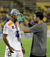 NEIVA-COLOMBIA, 05-10-2019: Santiago Noreña de Envigado F. C. recibe atención médica, durante partido entre Atlético Huila y Envigado F. C. de la fecha 15 por la Liga Águila II 2019 en el estadio Guillermo Plazas Alcid en la ciudad de Neiva. / Santiago Noreña of Envigado F.C., receives medical attention, during a match between Atletico Huila and Envigado F. C. of the 15th date for the Aguila Leguaje II 2019 at the Guillermo Plazas Alcid Stadium in Neiva city. Photo: VizzorImage  / Sergio Reyes / Cont.