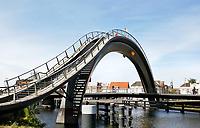Nederland  Purmerend - juni 2018. Kinderen spelen op de Melkwegbrug. De Melkwegbrug bestaat uit twee onderdelen: een loopbrug en een fietsbrug. De brug werd ontworpen door NEXT Architects.. Foto Berlinda van Dam / Hollandse Hoogte