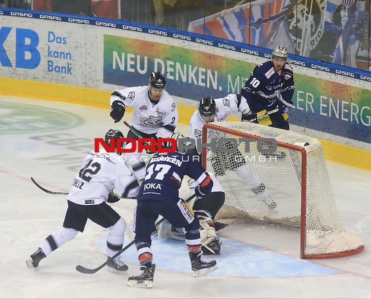 18.12.2016, Mercedes Benz Arena, Berlin, GER, 1.DEL, EISBAEREN BERLIN  VS.  NUERNBERG Sabo Ice Tigers, im Bild <br /> Jamie MacQueen (Eisbaeren Berlin #17), Spencer Machacek (Eisbaeren Berlin #10), Yasin Ehliz (Nuernberg IceTigers #42)Brett Festerling (Nuernberg IceTigers #2), Jesse Blacker (Nuernberg IceTigers #9)<br /> <br />      <br /> Foto &copy; nordphoto / Engler