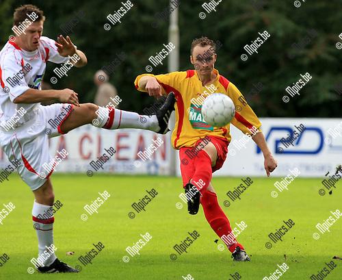 2010-10-03 / Voetbal / seizoen 2010-2011 / Bornem - Hoogstraten / Gommers probeert het schot van Bart Ghyselinck (Bornem) te blokken..Foto: Mpics