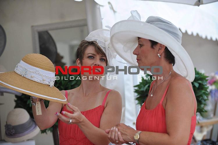 18.07.2010, Hamburg, GER, Reitsport, 141. IDEE Deutsches Derby, im Bild Feature Frauen mit Hut beim Hutkauf<br /> Foto &copy; nph / Witke