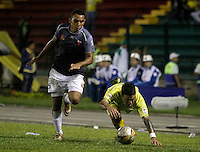 FLORIDABLANCA -COLOMBIA-8-MAYO-2016. Ray Vanegas del Envigado FC disputa el balón con  el Bucaramanga durante partido por la fecha 17 de Liga Águila I 2016 jugado en el estadio Alvaro Gómez Hurtado./ Ray Vanegas of  Envigado FC fights the ball against Bucaramanga during the match for the date 17 of the Aguila League I 2016 played Alvaro Gomez Hurtado . Photo: VizzorImage / Duncan Bustamante / Contribuidor
