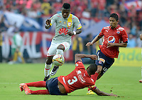 MEDELLÍN -COLOMBIA-12-03-2016. Christian Marrugo (Der) y Luis Tipton (C) de Independiente Medellín disputan el balón con Carlos Andres Rivas (Izq) de Independiente Santa Fe durante partido por la fecha 9 de la Liga Águila I 2016 jugado en el estadio Atanasio Girardot de la ciudad de Medellín./ Christian Marrugo (R) and Luis Tipton (C) players of Independiente Medellin fight for the ball with Carlos Andres Rivas (L) Independiente Santa Fe during the date 9 of Aguila League I 2016 played at Atanasio Girardot stadium in Medellin city. Photo: VizzorImage/ León Monsalve /Str